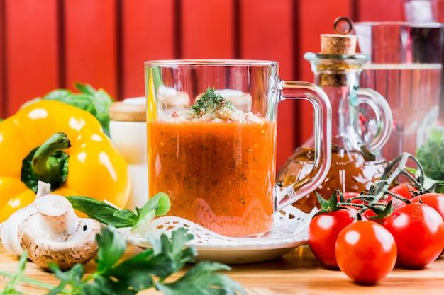 Sopa de tomate russo em um copo close-up