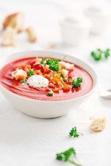 Sopa de tomate saboroso verão servido na tigela