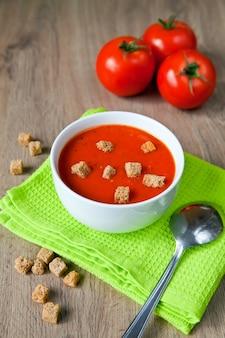 Sopa de tomate saboroso