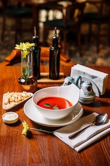 Sopa de tomate servida com recheio de pão no restaurante