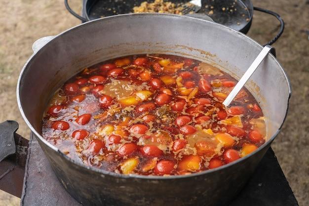Sopa de tomate vermelho no caldeirão para venda no mercado de comida de rua, ucrânia, close-up