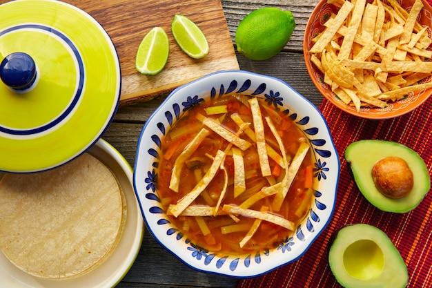 Sopa de tortilla mexicana e aguacate
