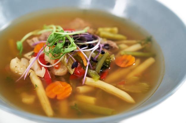 Sopa de vegetais saudáveis com diferentes verduras frescas