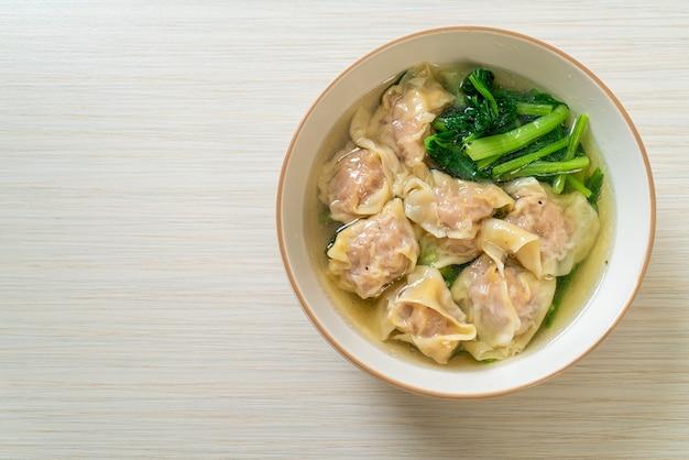 Sopa de wonton de porco ou sopa de bolinhos de porco com vegetais - estilo de comida asiática