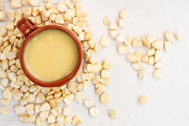 Sopa de xícara de milho com grãos de milho