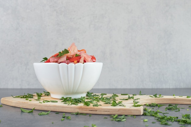 Sopa deliciosa de borscht em uma tigela branca. foto de alta qualidade