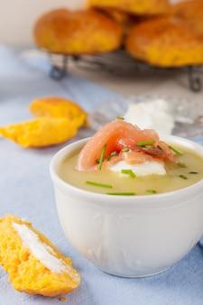 Sopa deliciosa de creme de alho-poró