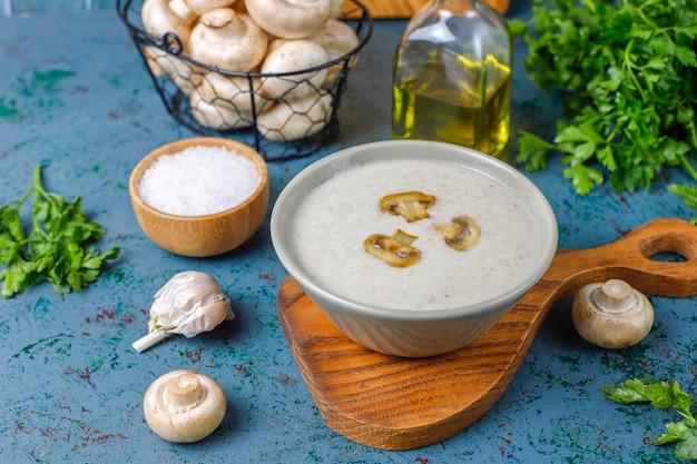 Sopa deliciosa de creme de cogumelos caseiros, vista superior