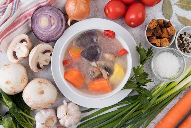 Sopa deliciosa de legumes e ingredientes naturais