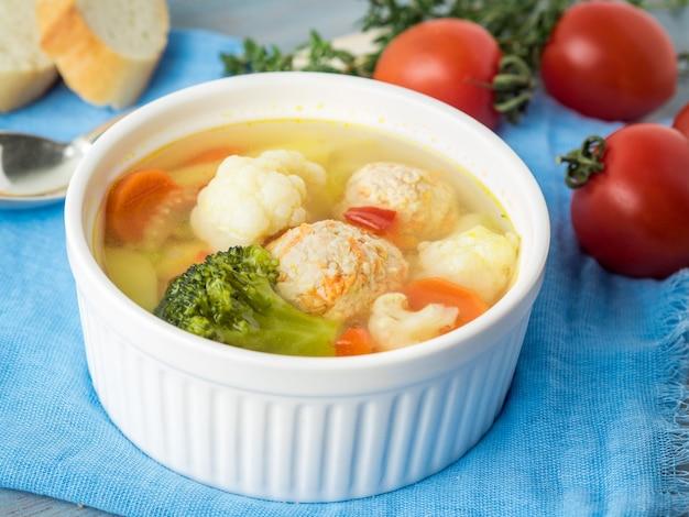 Sopa deliciosa e grossa com almôndegas de peru e vegetais misturados