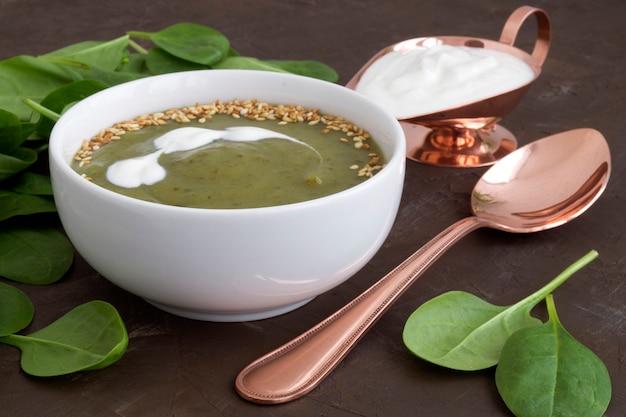 Sopa do espinafre do vegetariano em uma placa branca.