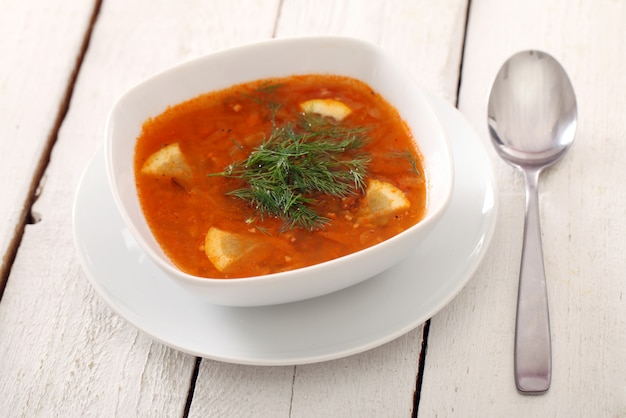 Sopa e colher de sopa de beterraba