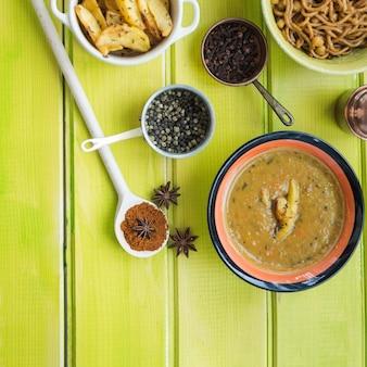 Sopa e especiarias perto de batatas e massas