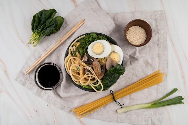 Sopa e ingredientes de ramen de espinafre e ovos
