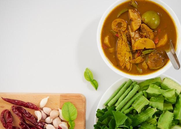 Sopa e legumes ácidos de peixes tailandeses