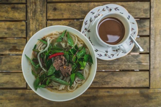 Sopa fo-bo vietnamita com macarrão de arroz e frango