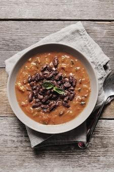 Sopa fresca com especiarias