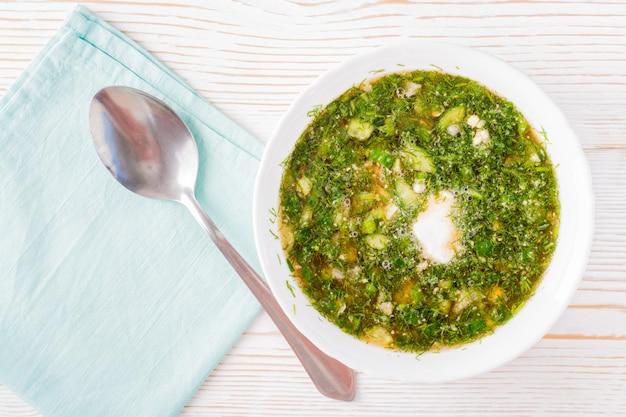 Sopa fria com legumes e ervas vestidos com pão kvass