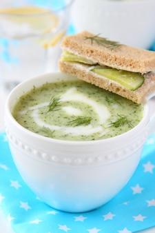 Sopa fria de iogurte de pepino com endro e sanduíche de pepino