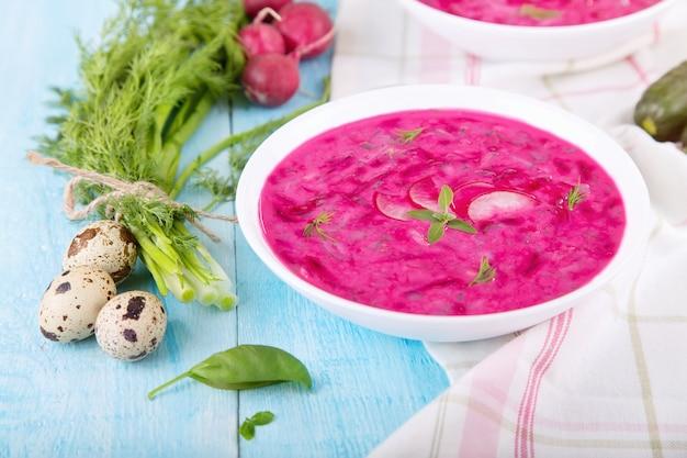 Sopa fria de legumes com beterraba e iogurte natural. borscht frio - útil para dias quentes. ingredientes sopa fria: ovos de codorna, cebola verde, pepino, endro, rabanete, manjericão e iogurte natural.