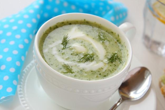 Sopa fria de pepino com endro e iogurte