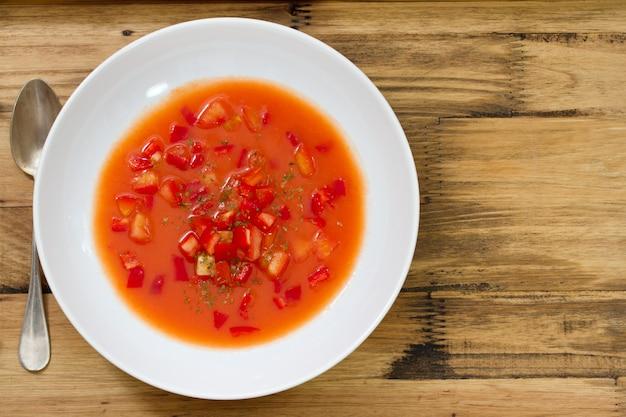 Sopa fria de tomate na superfície de madeira marrom