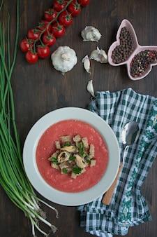 Sopa fria espanhola tradicional do gaspacho com mexilhões.