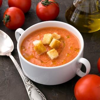 Sopa fria tradicional de gaspacho. espanhol, cozinha mediterrânea.