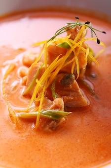 Sopa gourmet fresca com carne