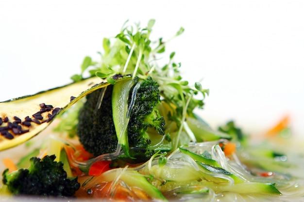 Sopa gourmet vegetariana de legumes da estação