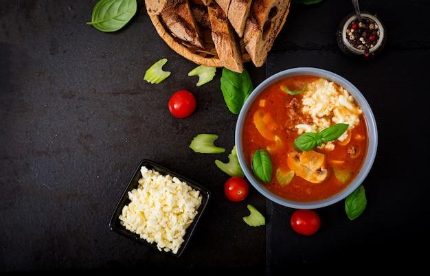 Sopa grossa de tomate com carne picada, cogumelos e aipo.