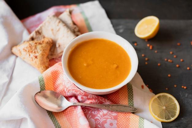 Sopa indiana tradicional com limão