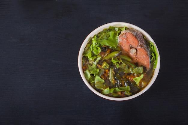 Sopa japonesa tradicional em um guardanapo vermelho no preto