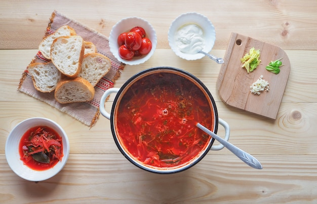 Sopa nacional russa, ucraniana e polonesa caseira - sopa de beterraba vermelha feita de beterraba, legumes e carne com creme de leite