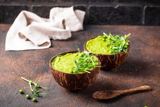Sopa ou batido de brócolis verde vegan