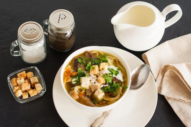 Sopa perfumada de cogumelos frescos brancos com salsa e pão torrado. leiteiro com creme para melhorar o sabor.