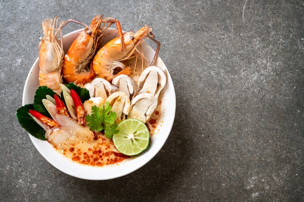 Sopa picante de camarão (tom yum goong)