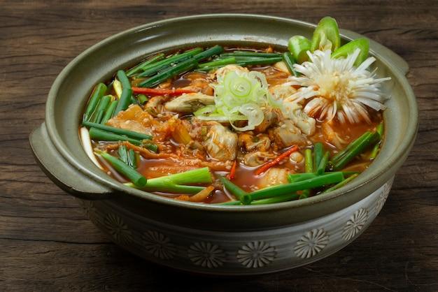 Sopa picante de ostras com guljigae kimchi com comida coreana