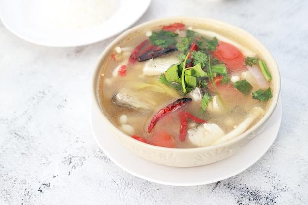 Sopa picante de peixe pargo, os tailandeses chamam tom yum peixe de pargo. sopa tailandesa com pimenta de peixe e vegetais. comida favorita na ásia