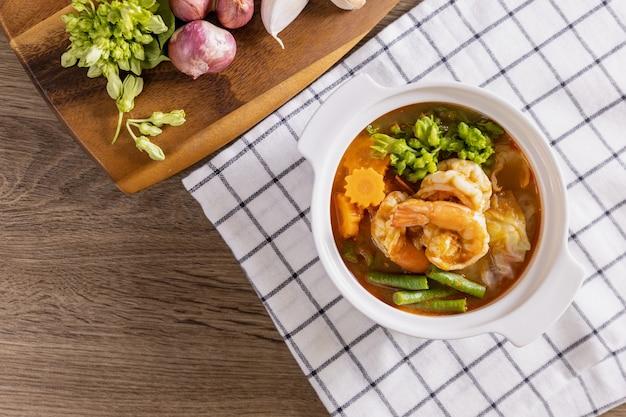 Sopa picante e azeda com camarão e vegetais é um prato tailandês picante.