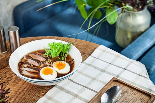 Sopa picante fresca com pato, ovo, cogumelos e macarrão