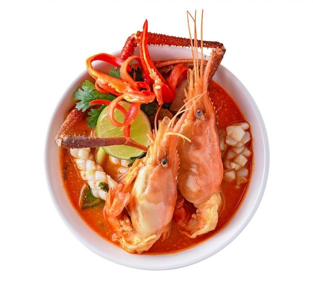 Sopa picante quente de tom yum goong thai em fundo branco