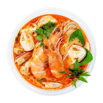 Sopa picante quente tailandesa de tom yum goong no fundo branco