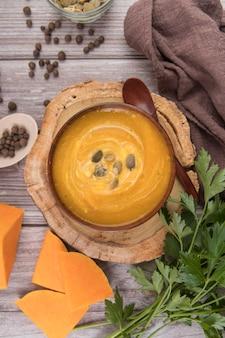 Sopa plana de creme e queijo delicioso