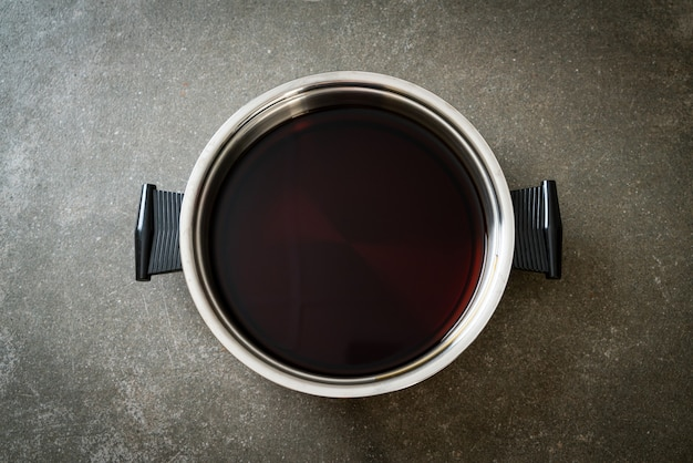 Sopa preta em panela quente para shabu ou sukiyaki - comida japonesa