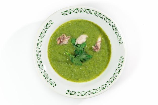 Sopa purê de brócolis, batata decorada com salsa e carne. vista do topo.