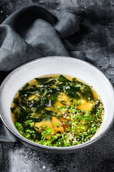 Sopa quente de missô em uma tigela