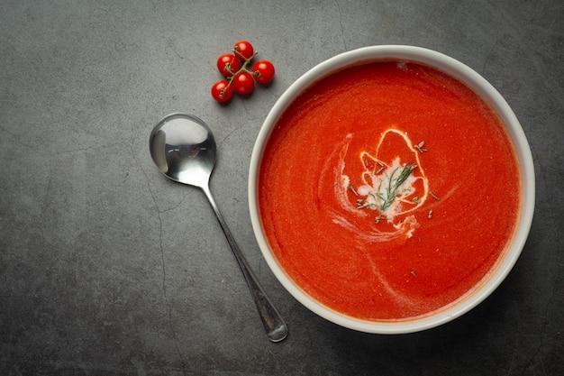 Sopa quente de tomate servida em tigela