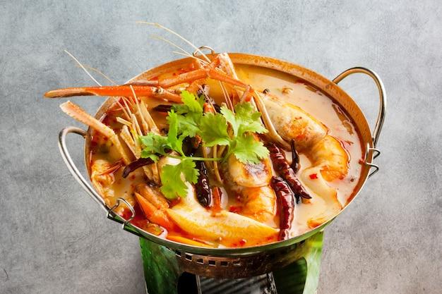 Sopa quente e azeda de camarão