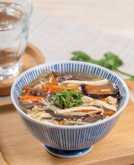 Sopa quente e azeda deliciosa caseira em uma tigela em uma travessa